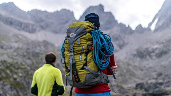 Lienz THEMENBILD Bergsteiger mit Rucksack und Seil vor der Bergkulisse aufgenommen am 09 August