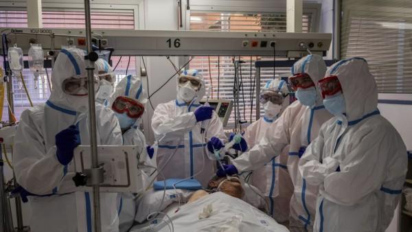 Coronavirus: Behandlung eines Covid-19-Patienten auf einer Intensivstation