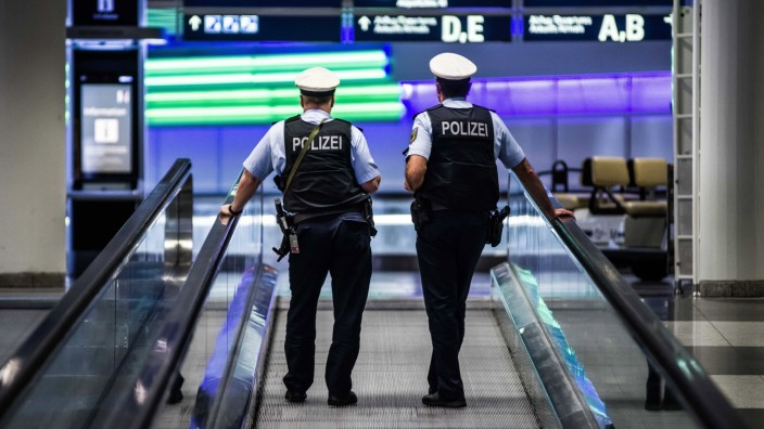 November 7, 2020, Munich, Bavaria, Germany: Two German federal police officers (Bundespolizei) patrol through the Munic