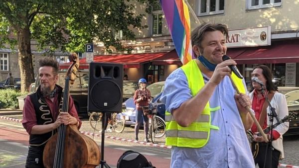 Eingespieltes Team: Benjamin David (rechts) bezirzt die Politik und das Publikum, Jürgen Reiter (links) plant das Programm des Kulturlieferdienstes und spielt selbst Bass in diversen Bands.