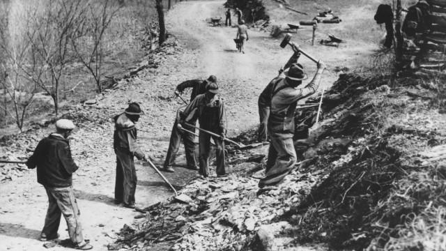 """Corona und die Künste: Das Programm der """"Works Progress Administration"""" verpflichtete in den USA während der Depression der Dreißigerjahre Arbeitslose, um Brücken und Staudämme zu bauen."""