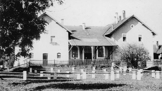 Der alte Schlachthof in Penzberg soll abgerissen werden Foto von 1929 mit Vorplatz und Abindegattern für das Vieh