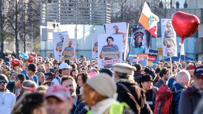 In Leipzig haben am Samstag (07.11.2029) Tausende Gegner der Corona-Beschraenkungen demonstriert. Wie von der Stadtverw