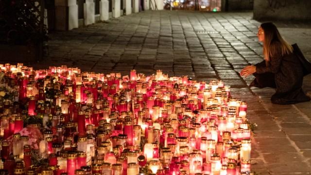 AUSTRIA - VIENNA - TERROR - ATTACK ÖSTERREICH; WIEN; 20201110; Eine Frau zündet eine Gedenkkerze am Tatort vor dem Resta