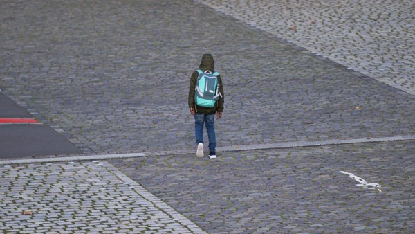 Coronavirus - Leben in Dortmund Dortmund, Deutschland 06.11.2020 - Coronavirus - Leben in Dortmund: Ein Schüler geht mi