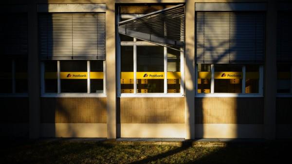 04.04.2020,Berlin,Deutschland,GER,die Stadt in Zeiten der Corona Pandemie. Postbank Filiale in der Kissinger Str Bezirk