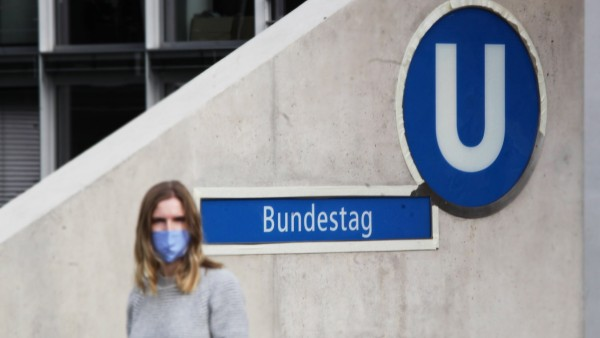 coronahotpunkt berlin, junge frau mit maske am bundestag *** corona hot spot berlin, young woman with mask at the bundes