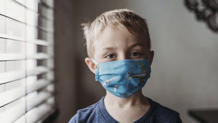 Coronavirus: Ein Kind mit einer Atemschutzmaske