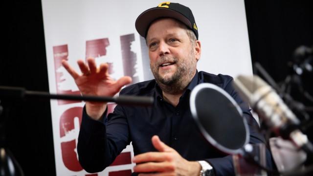 """Smudo, 1968 als Michael Bernd Schmidt in Hessen geboren, schrieb schon Computerprogramme (auf einem Commodore 64 mit 64 KB Arbeitsspeicher), bevor er mit 20 Abitur machte. 1989 bildete er mit Thomas D, Michi Beck und And.Y die Hip-Hop-Band """"Die Fantastischen Vier"""", die bisher zehn Studio- und acht Livealben eingespielt hat.Smudo ist an der Luca-App beteiligt, die viele Gastronomen in der Corona-Pandemie für die Gästeregistrierung nutzen."""