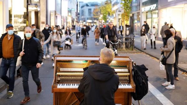 Ein Mann spielt während der Corona-Pandemie Klavier in der Kölner Innenstadt