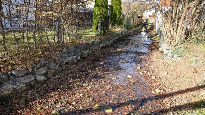 Linsensägbach Bad Tölz kaum noch Wasser Zerstörung des Wehrs