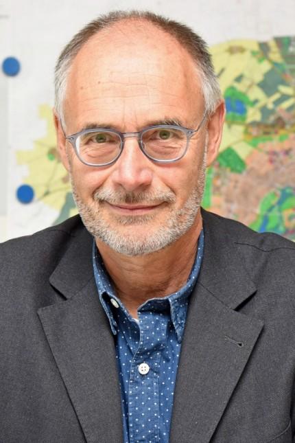 SZ-Interview: Martin Kornacher vor dem Flächennutzungsplan.