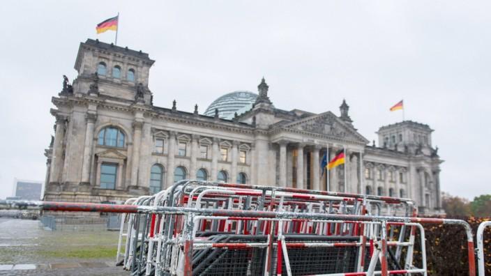 Berlin, Berliner Polizei sperrt die Bundestagswiese ab Deutschland, Berlin - 17.11.2020: Am Tag vor der geplanten Demo