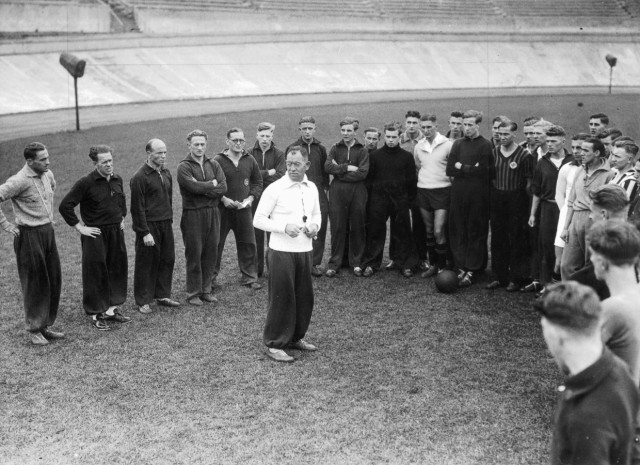 Otto Nerz mit Sportlern in Berlin, 1933