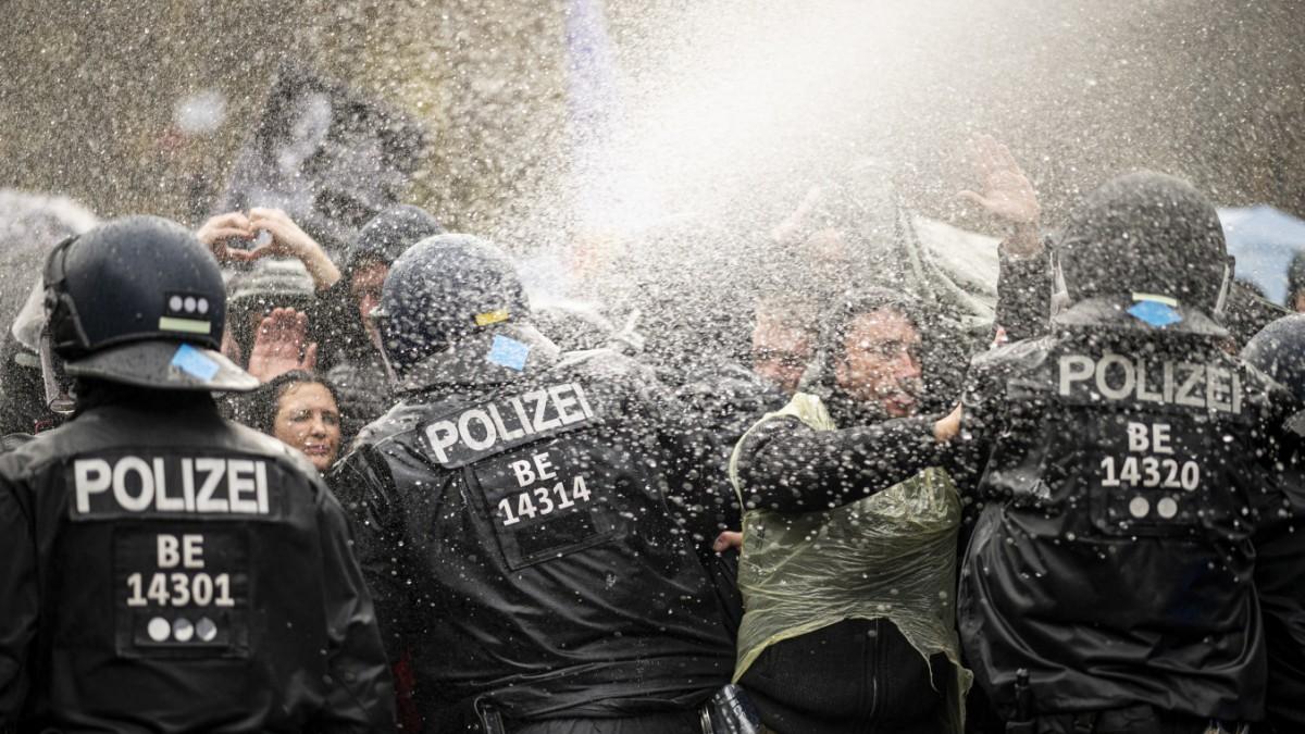 Corona-Debatte: Zwischen Virus und Wasserwerfern - Politik - SZ.de