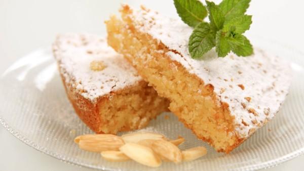 Slices of almond cake sprinkled with powdered sugar Almond cake PUBLICATIONxINxGERxSUIxAUTxONLY xdig
