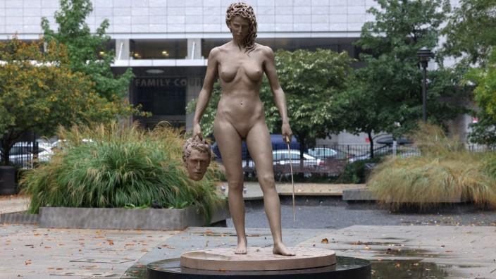 'Medusa With The Head Of Perseus' Sculpture Installed In New York City (C) Luciano Garbati, VG Bild_Kunst, Bonn 2020