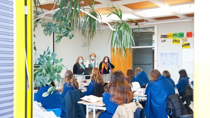 Schule im Landkreis: Die tropisch anmutende Bepflanzung in diesem Klassenzimmer der Poinger Anni-Pickert-Grund- und Mittelschule täuscht etwas über die tatsächliche Raumtemperatur hinweg. Deshalb sitzen die Schülerinnen in dicke Decken gehüllt vor ihren Lehrerinnen Olga Singer (von links), Eva Guerin und Nicole Portugall.