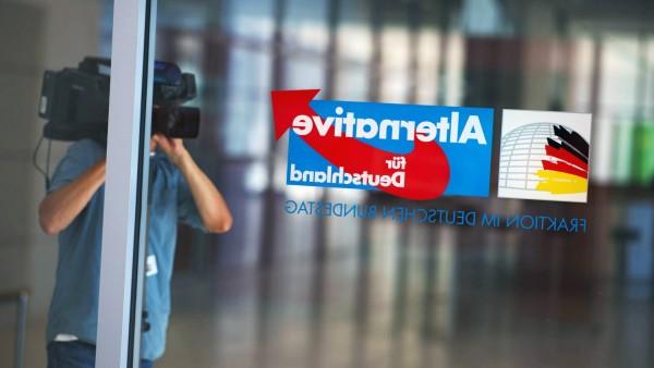 DEU Deutschland Germany Berlin 31 05 2018 Ein Kameramann filmt das Logo der Partei Alternative