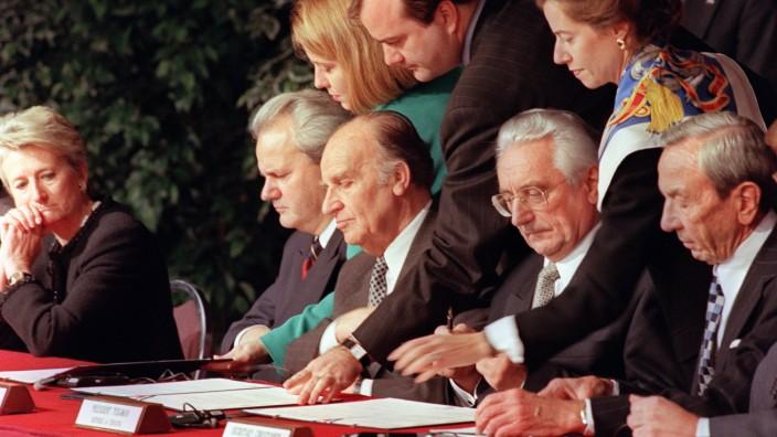 Bosnien-Herzegowina: Geschichte wird geschrieben: Die Präsidenten von Serbien, Bosnien und Kroatien sowie US-Außenminister Warren Christopher (rechts) unterzeichnen auf einer US-Militärbasis das Friedensabkommen von Dayton.