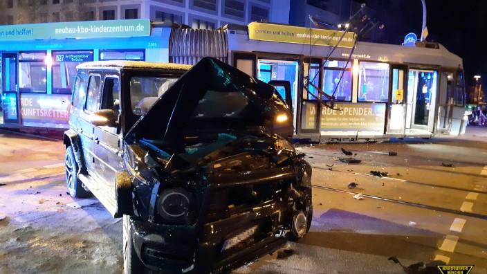 Auto prallt in München frontal gegen Tram