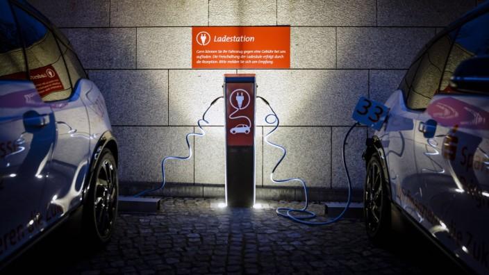 Zwei Elektroautos werden an einer Ladestation in Berlin geladen