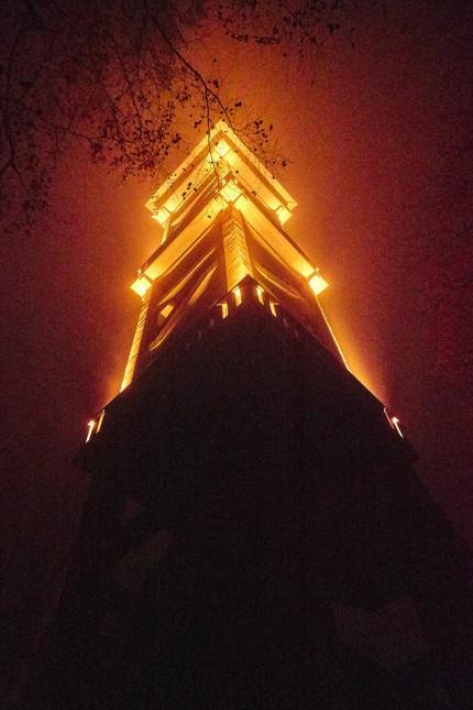 Orange illuminierter Aussichtsturm.