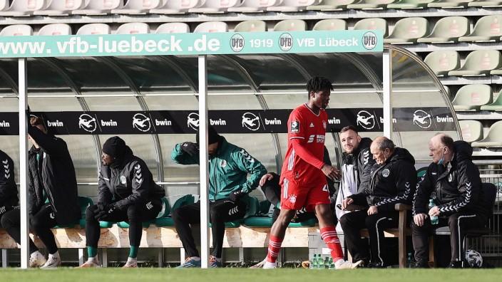 Bright Akwo Arrey-Mbi (FC Bayern Muenchen II) muss mit gelbrot vom Platz DFL REGULATIONS PROHIBIT ANY USE OF PHOTOGRAPH