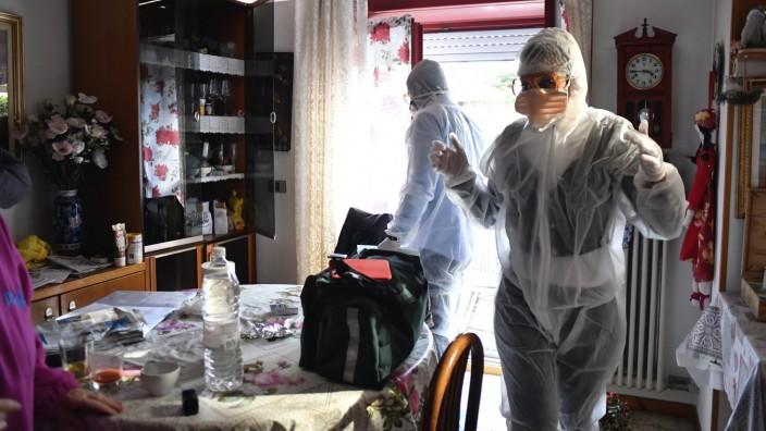Das Jahr 2020: Erste Hilfe: Zu Beginn der Pandemie gehen medizinische Trupps in Bergamo von Haus zu Haus.