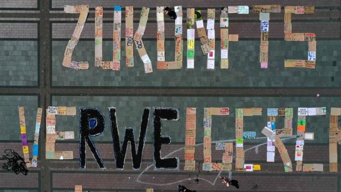 """Gesellschaft: """"Zukunftsverweigerer"""" nennen """"Fridays for Future""""-Mitglieder die Bundesregierung und den Energiekonzern RWE mit einem Buchstabenkunstwerk am 26. Juni in Essen. Die Aktivisten beziehen sich auf das angestrebte """"Kohleausstiegsgesetz"""", das ein Ende der Kohleförderung erst 2038 vorsieht."""