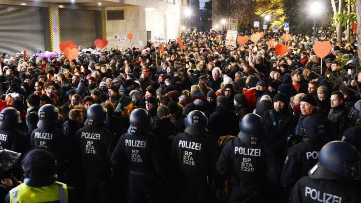 Demonstration gegen die Anti-Corona-Maßnahmen der Bundesregierung, Leipzig, 21.11.2020 Blick von oben auf die Demonstra