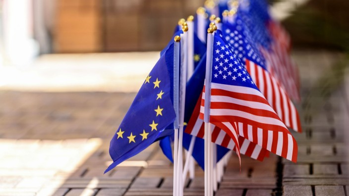 US-Flaggen mit EU-Flaggen auf einer Terrasse *** US flags with EU flags on a terrace Foto:xD.xAnoraganingrumx/xFuturexI