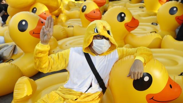 Thailand: Das Symbol des Protests: Ein Demonstrant in Bangkok.