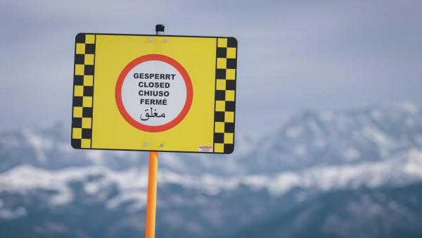 Corona in Österreich: Hinweisschild für gesperrte Skipiste am Kitzsteinhorn