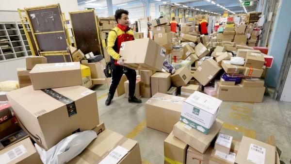 Coronavirus -  Hochbetrieb beim Post-Paketdienst