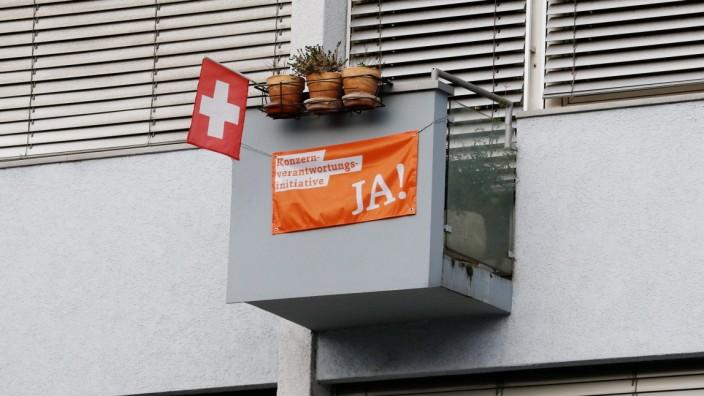 Foto Manuel Geisser 18.11.2020 Aargau : Schweizerfahne und Konzernfahne Ja zur Konzernverantwortungsinitiative . Volksab