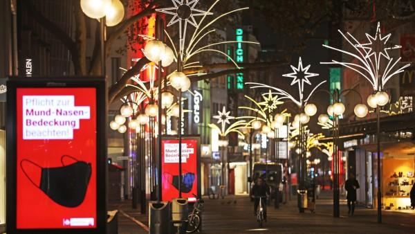 Weihnachtlich beleuchtete Straße in Köln