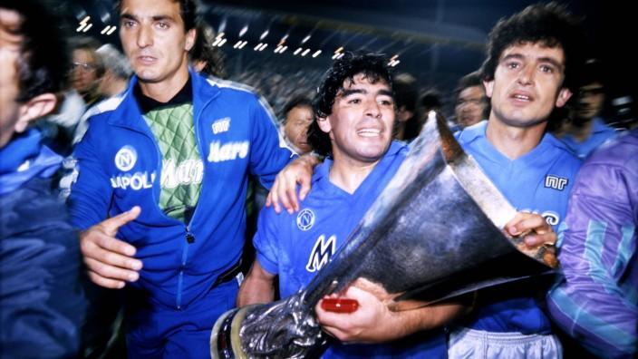 MARADONA Diego Team SSC Neapel mit Pokal UEFA Pokal Saison 1988 - 1989 Spiel VfB Stuttgart - SSC Neapel 3 : 3 UEFA Poka; Maradona