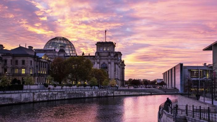 Blick ueber die Spree auf den Reichstag, Paul-Loebe-Haus, PLH, Parlamentarische Gesellschaft, . Berlin, 05.11.2020 Berli