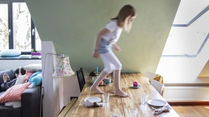 Kind tanz auf dem gedeckten Esstisch. Bonn Deutschland *** Child dancing on the laid dining table Bonn Germany Copyright
