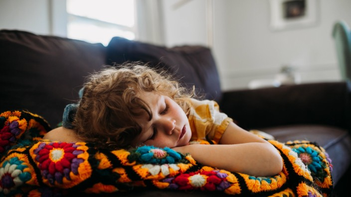 Young girl tired and sleeping on couch during the day Fort Worth, TX, United States PUBLICATIONxINxGERxSUIxAUTxONLY CR_T