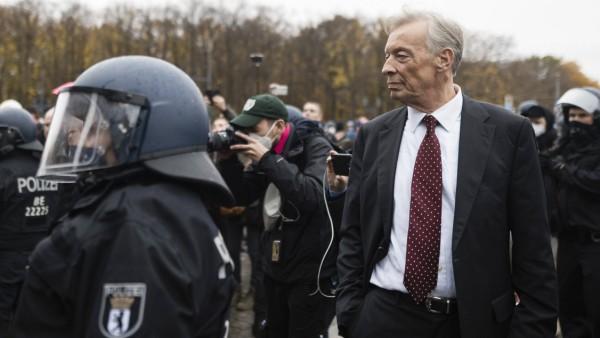Paul Hampel, AFD Bundestagsabgeordneter, aufgenommen auf der Demonstration gegen die Reform des Infektionsschutzgesetzes