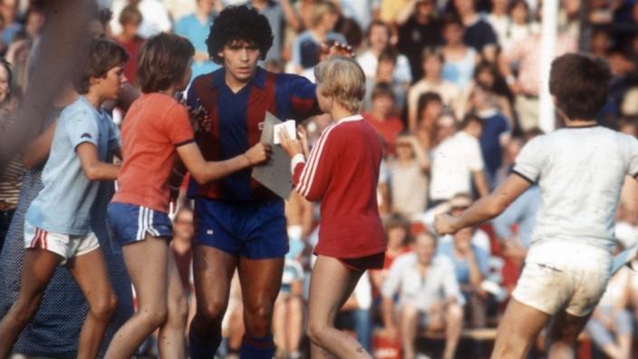 Freundschaftsspiel: SV Meppen - FC Barcelona Barca 03.08.1982. Diego Maradona (Barca) mit Autogrammjägern. *** Friendly