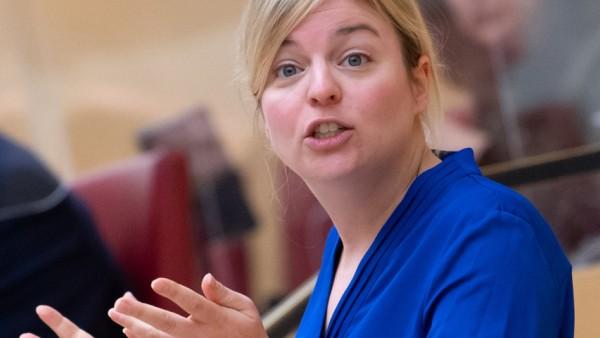 """Katharina Schulze findet, dass der Ministerpräsident seiner """"Fürsorgepflicht"""" für die Bürgerinnen und Bürger """"nicht gerecht"""" werde."""