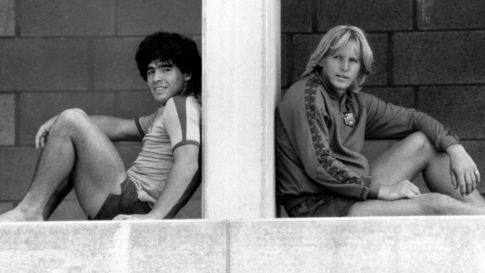 Bernd Schuster (re.) und Diego Armando Maradona (beide FC Barcelona); Maradona Schuster