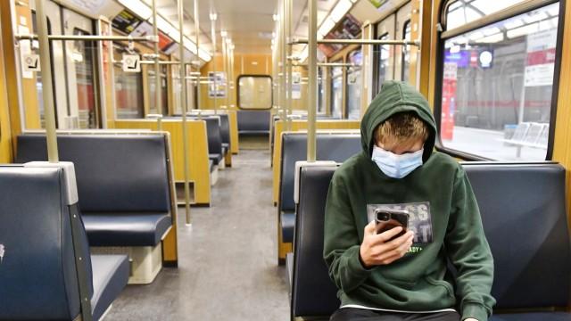 Corona-Krise: Bayern fuehrt Maskenpflicht ein. Bayernweit sollen von kommender Woche an in Geschaeften und dem oeffentli