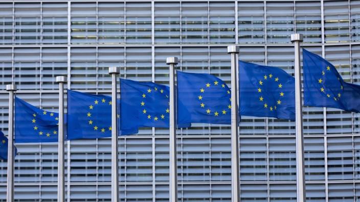 Europafahnen vor dem Gebäude der Europäischen Kommission, Berlaymont Gebäude, Brüssel, *** European flags in front of t