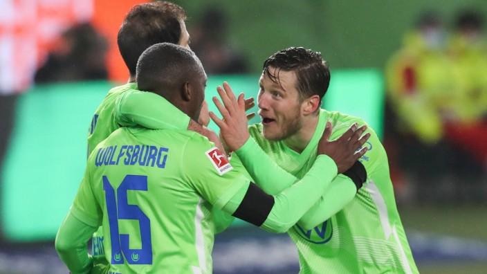 Torjubel - Torschuetze Wout Weghorst (VfL Wolfsburg,9) trifft zum 4-3 mit Jerome Roussillon (VfL Wolfsburg,15)- 1 Fussb