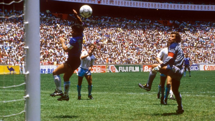 Die Hand Gottes: Diego Armando Maradona (Argentinien) schreibt mit seinem eigentlich irregulären Treffer gegen Torwart