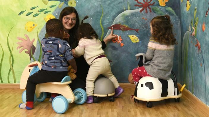 Kinder und Sars-CoV-2: Ob in der Kita oder der Familie, kleine Kinder suchen die Nähe - und können damit auch Erreger übertragen.